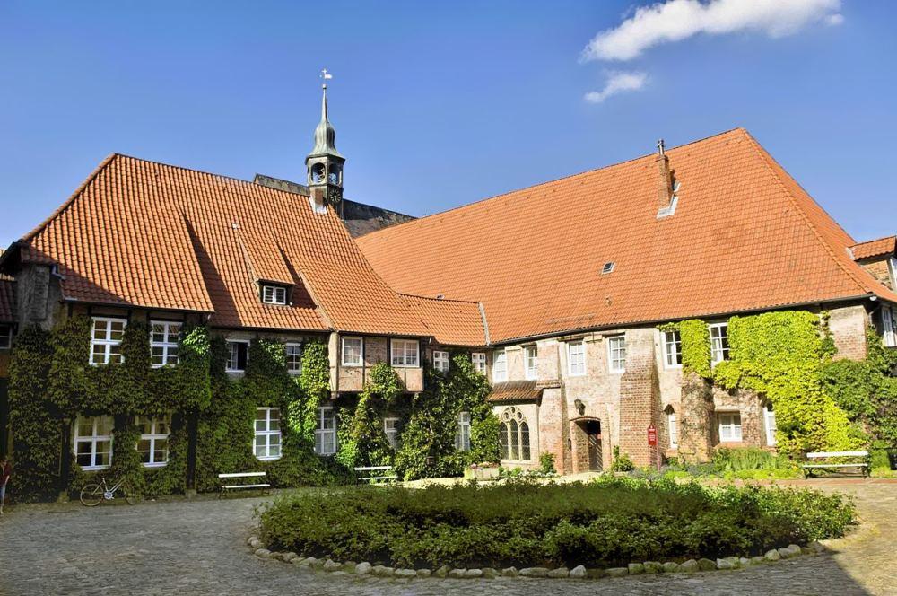 Ansicht vom Klosterlüne, ein Flügel wird von der Sonne beschienen, der andere sowie der Klosterhof liegen im Schatten.