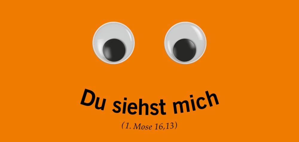 """Das offizielle Plakatmotiv des 36. Deutschen Evangelischen Kirchentages in Berlin und Wittenberg zeigt zwei fröhliche und einladende Augen auf orangefarbenen Hintergrund. Den lächelnden Mund bildet die Losung """"Du siehst mich"""" (1. Mose 16,13)."""