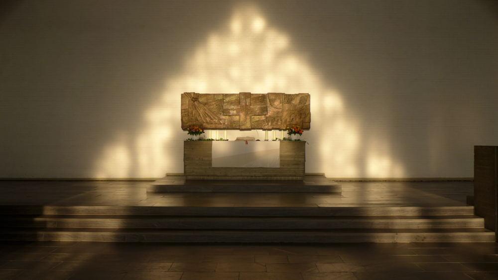 sonnenbeglänzter Altar der Cornelius-Kirche