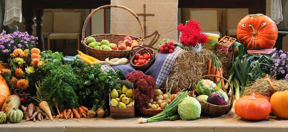 Dekorierter Abendmahlsaltar mit Gemüse und Obst