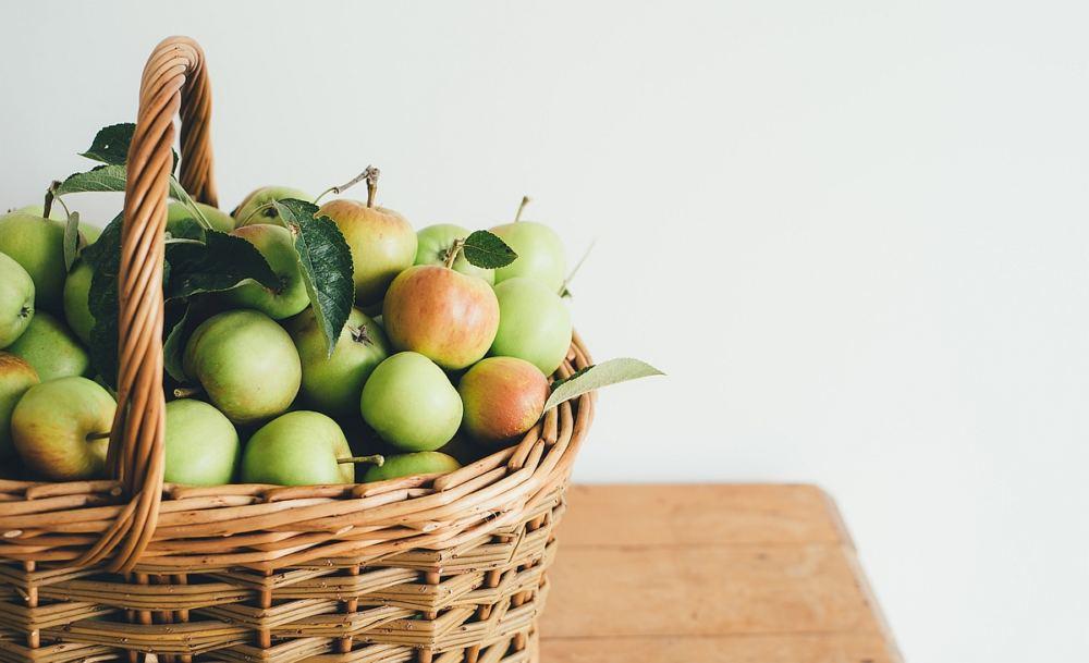 Ein Korb voller Äpfel