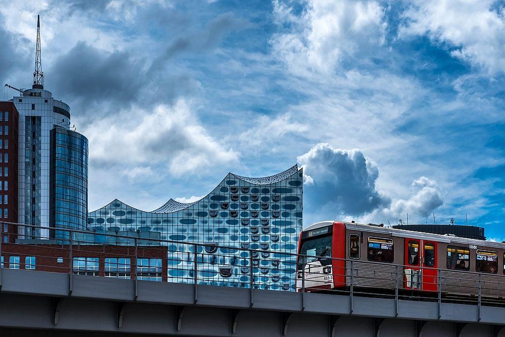 Elbphilharmonie mit U-Bahn-Zug im Vordergrund
