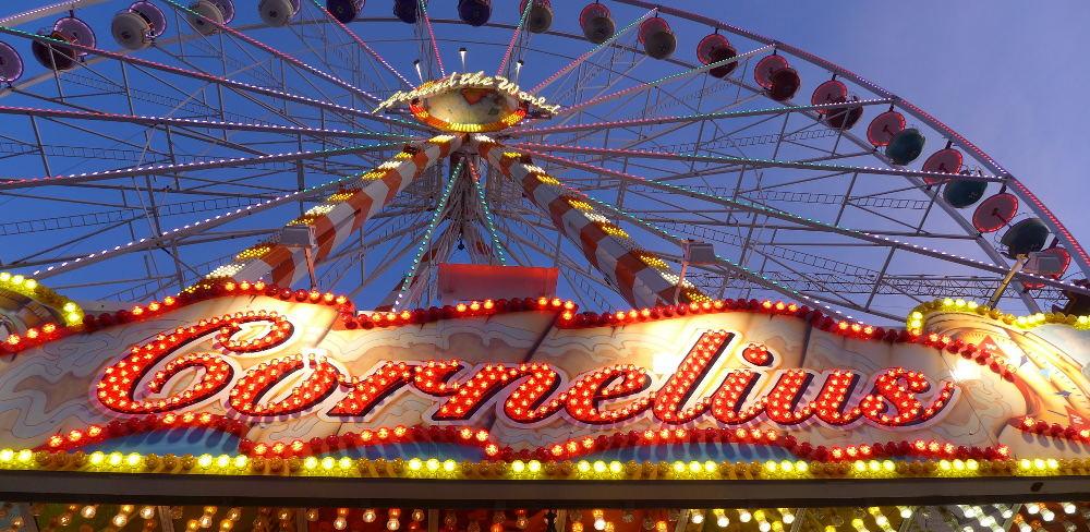 Riesenrad mit großer Leuchtschrift: Cornelius
