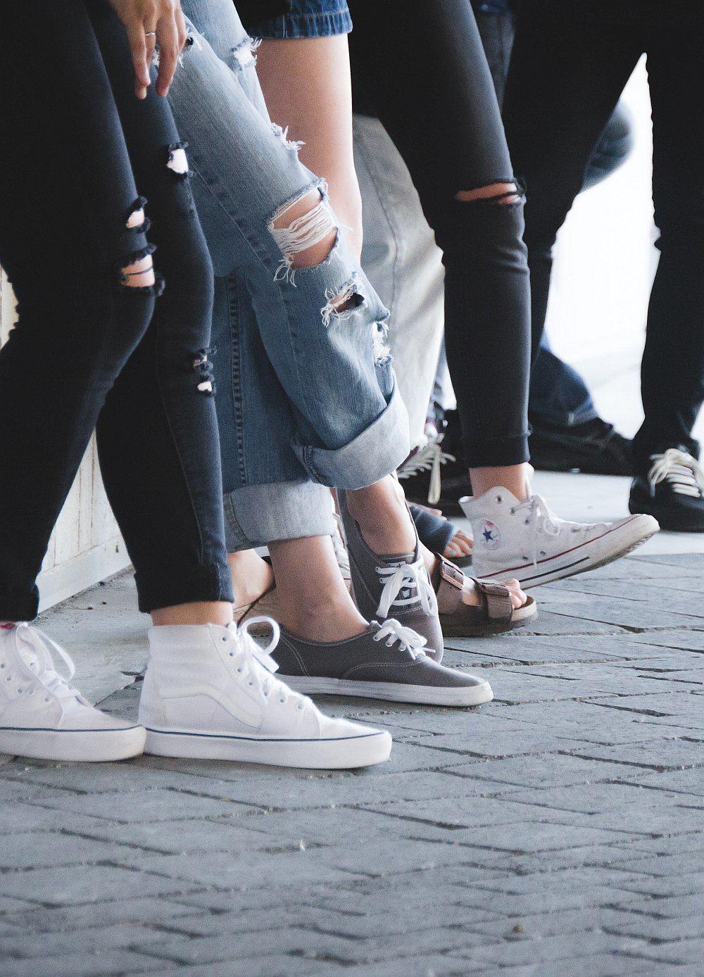 Füße von einer Gruppe Jugendlicher