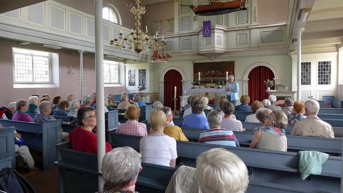 """Innenansicht Kirche """"Zum guten Hirten"""" auf der Insel Krautsand."""