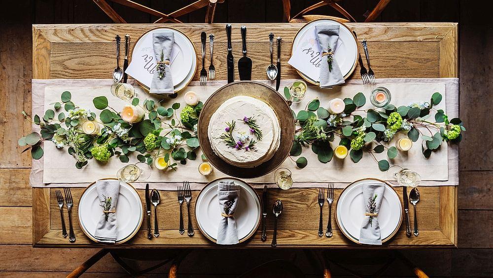 Ansicht eines festlich gedeckten Tischs.