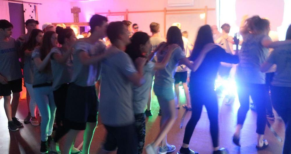 Jugendliche in einer Polonaise bei Partybeleuchtung