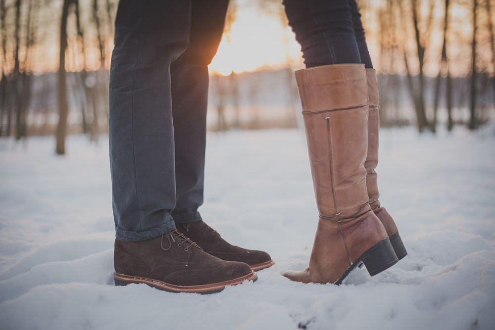 Ein Paar küst sich - aber man sieht nur die Schuhe im Schnee ;-)
